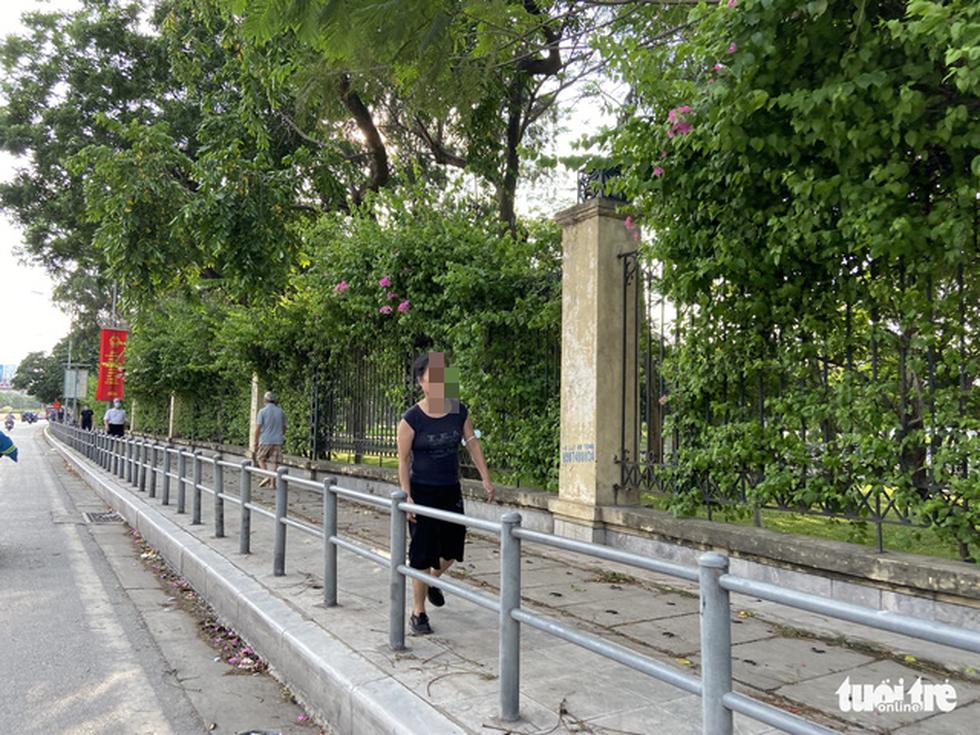 Cấm thể thao ngoài trời hơn 20 ngày trước, người dân vẫn ra công viên, vườn hoa - Ảnh 3.