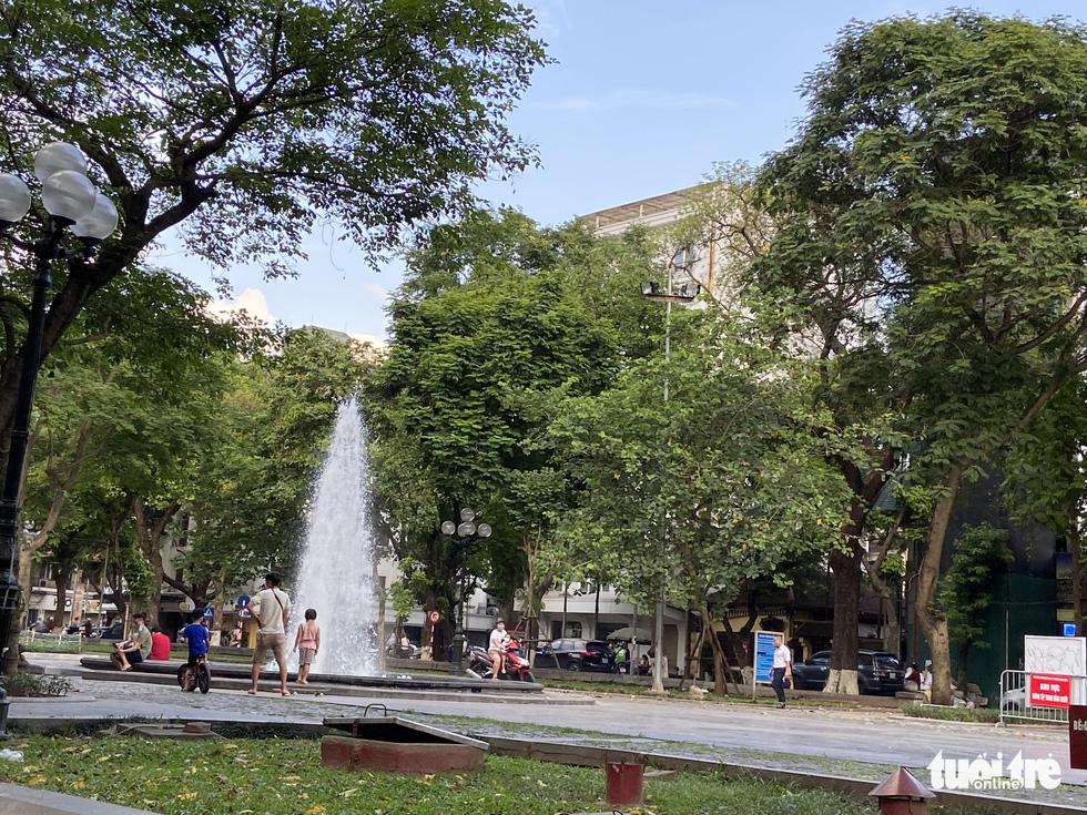 Cấm thể thao ngoài trời hơn 20 ngày trước, người dân vẫn ra công viên, vườn hoa - Ảnh 6.