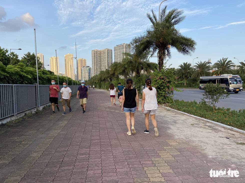 Cấm thể thao ngoài trời hơn 20 ngày trước, người dân vẫn ra công viên, vườn hoa - Ảnh 7.