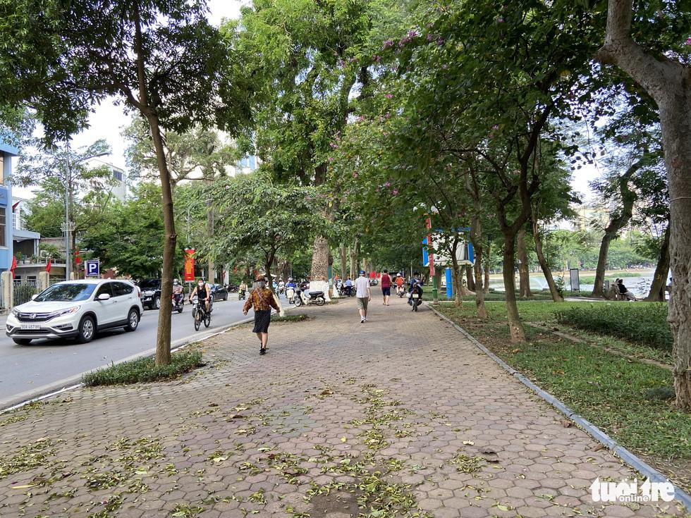 Cấm thể thao ngoài trời hơn 20 ngày trước, người dân vẫn ra công viên, vườn hoa - Ảnh 8.