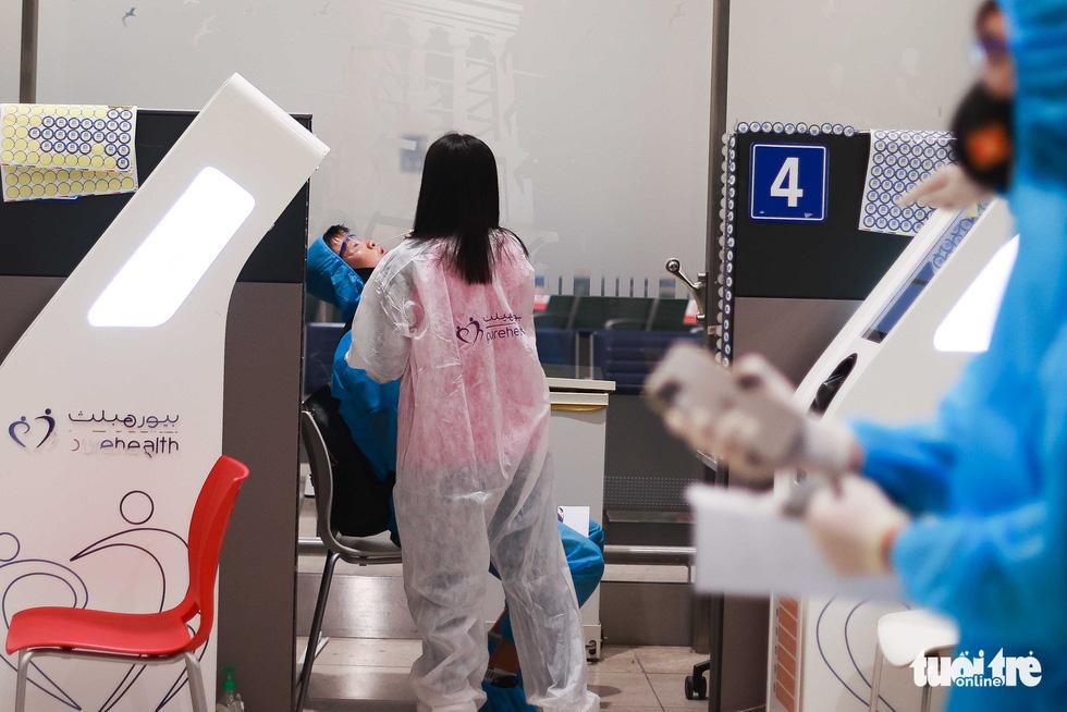 Kiều bào chào đón đội tuyển Việt Nam tại sân bay Dubai - Ảnh 1.