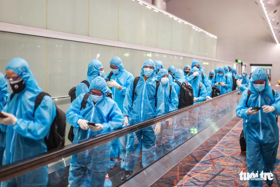 Kiều bào chào đón đội tuyển Việt Nam tại sân bay Dubai - Ảnh 2.