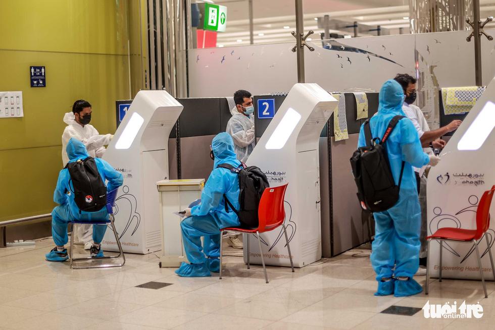 Kiều bào chào đón đội tuyển Việt Nam tại sân bay Dubai - Ảnh 3.
