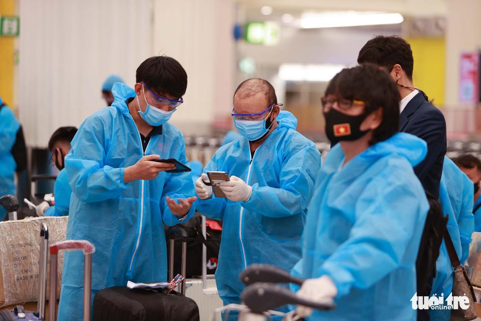 Kiều bào chào đón đội tuyển Việt Nam tại sân bay Dubai - Ảnh 4.