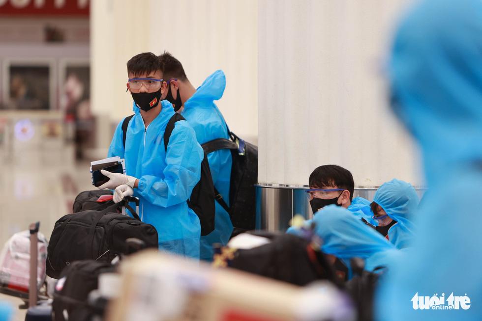 Kiều bào chào đón đội tuyển Việt Nam tại sân bay Dubai - Ảnh 5.