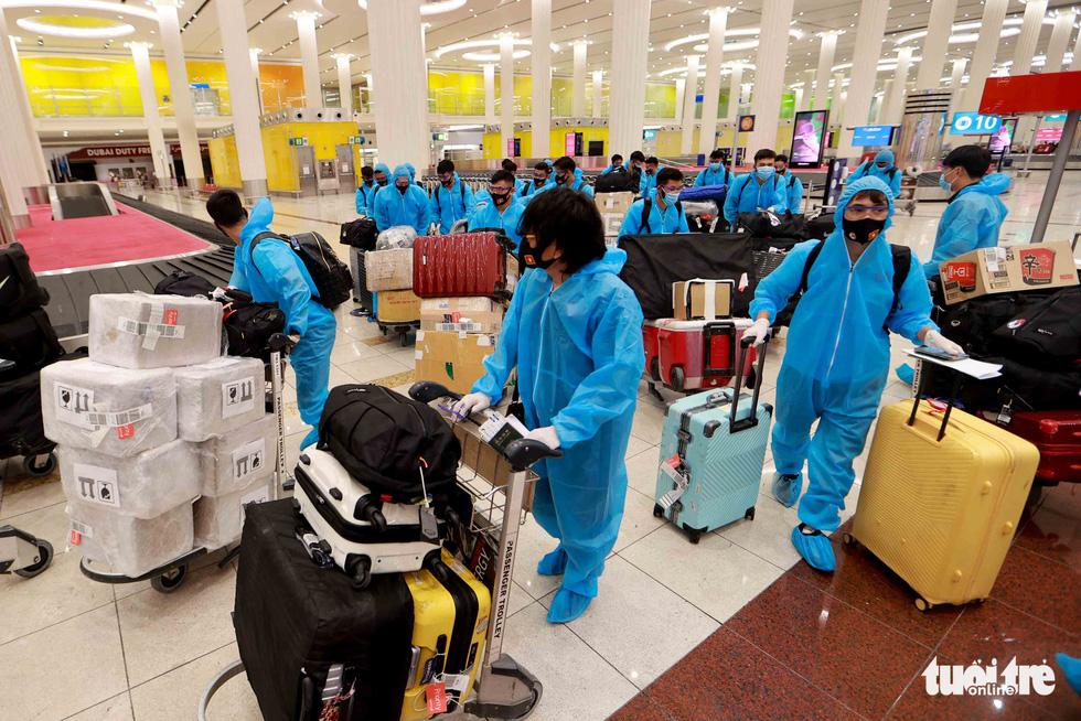 Kiều bào chào đón đội tuyển Việt Nam tại sân bay Dubai - Ảnh 7.