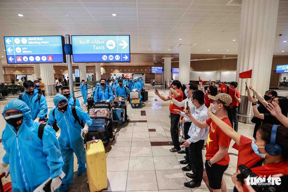Kiều bào chào đón đội tuyển Việt Nam tại sân bay Dubai - Ảnh 9.