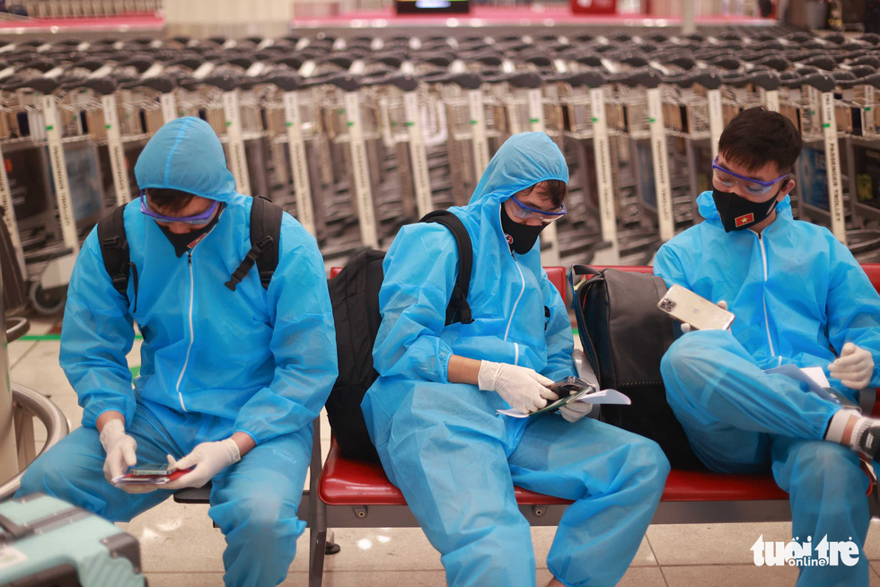 Kiều bào chào đón đội tuyển Việt Nam tại sân bay Dubai - Ảnh 6.