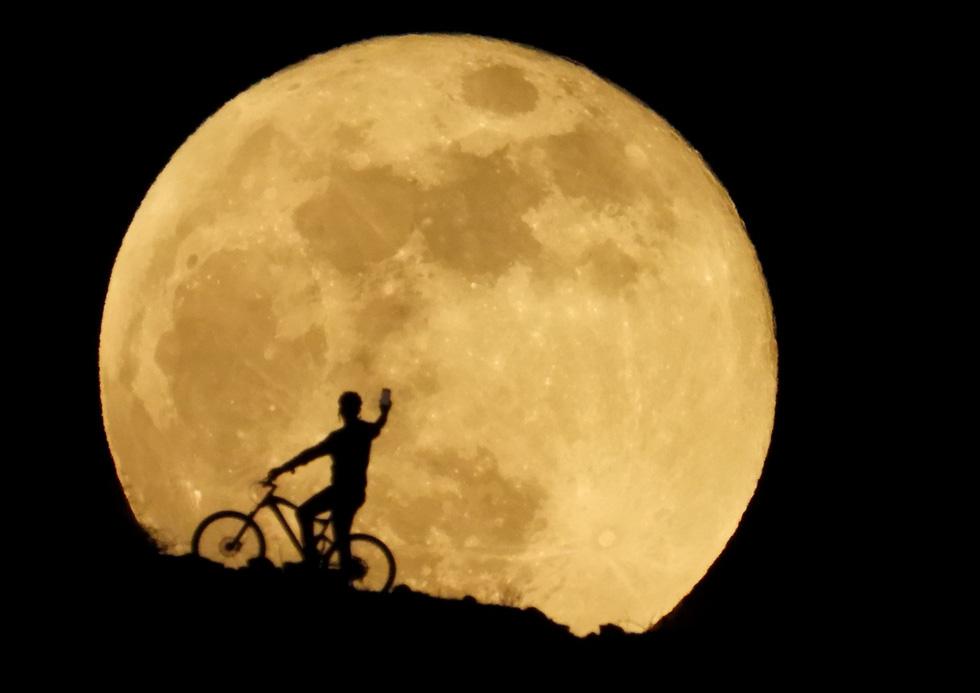 Thưởng thức siêu trăng máu khắp thế giới 10 năm mới có 1 lần - Ảnh 1.