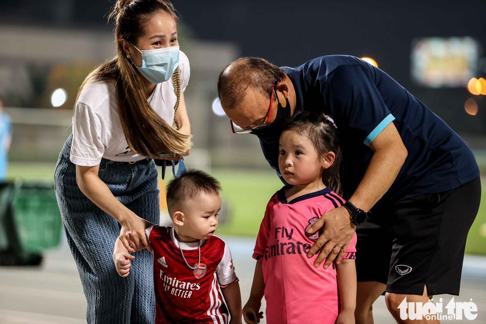 Cổ động viên Việt Nam bị sốc trước hành động bất ngờ của thầy Park - Ảnh 2.