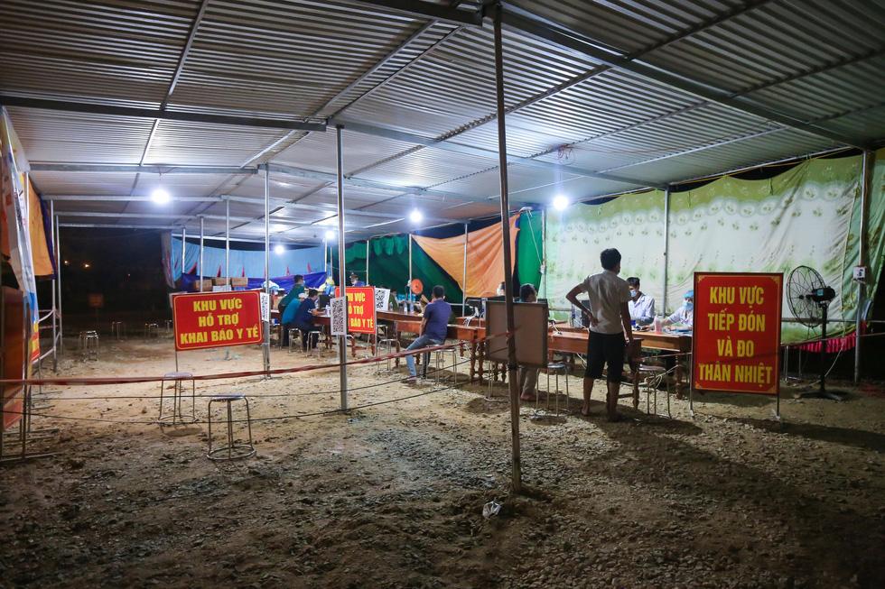 Trắng đêm ở chốt kiểm dịch cửa ngõ phía bắc Thừa Thiên Huế - Ảnh 6.