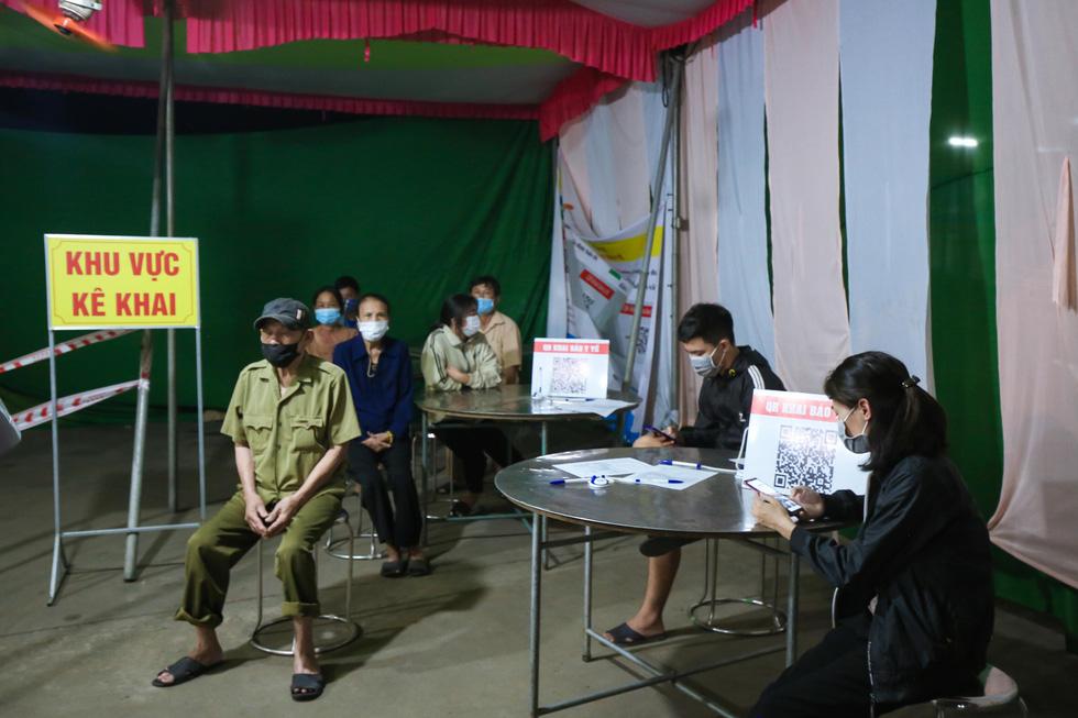 Trắng đêm ở chốt kiểm dịch cửa ngõ phía bắc Thừa Thiên Huế - Ảnh 10.