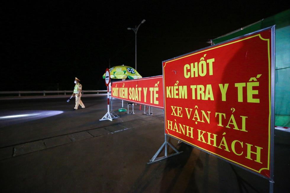 Trắng đêm ở chốt kiểm dịch cửa ngõ phía bắc Thừa Thiên Huế - Ảnh 12.