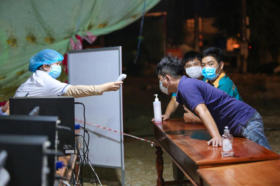 Trắng đêm ở chốt kiểm dịch cửa ngõ phía bắc Thừa Thiên Huế - Ảnh 5.
