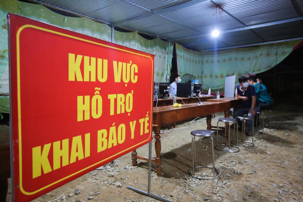Trắng đêm ở chốt kiểm dịch cửa ngõ phía bắc Thừa Thiên Huế - Ảnh 1.