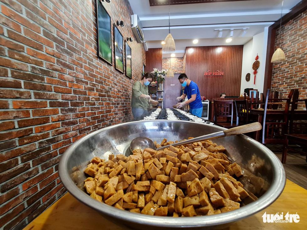 Nhà hàng nấu cơm tặng lực lượng chống dịch - Ảnh 6.