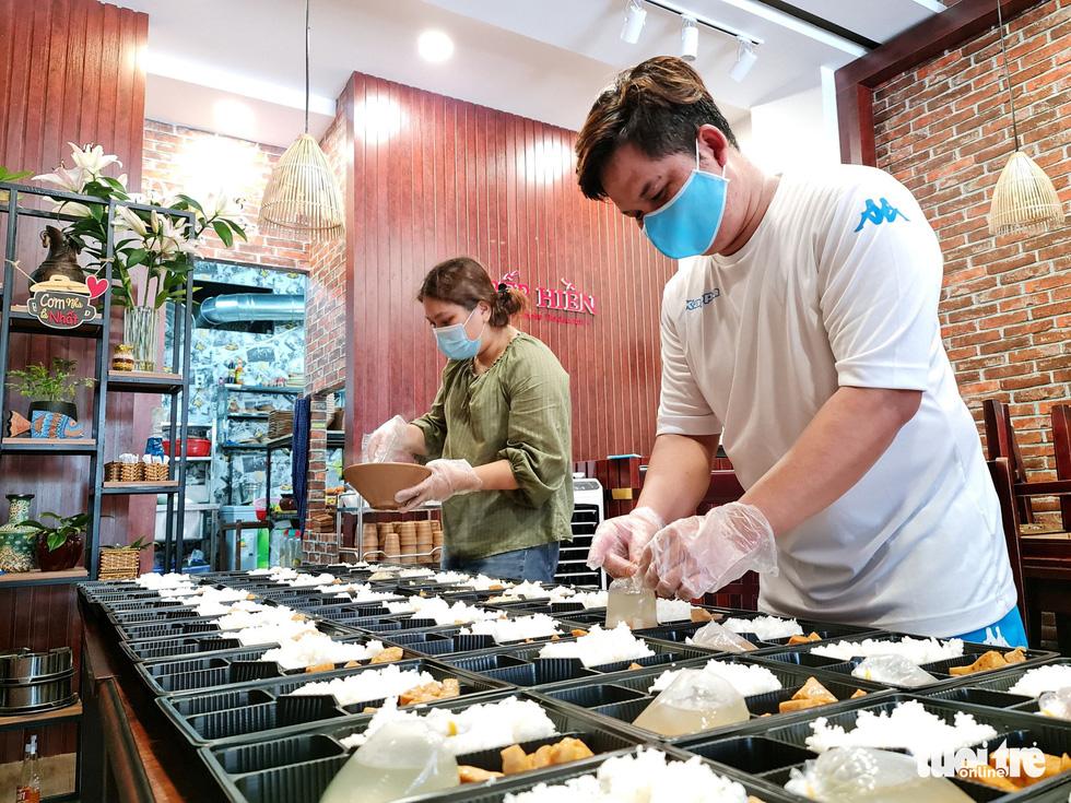 Nhà hàng nấu cơm tặng lực lượng chống dịch - Ảnh 1.