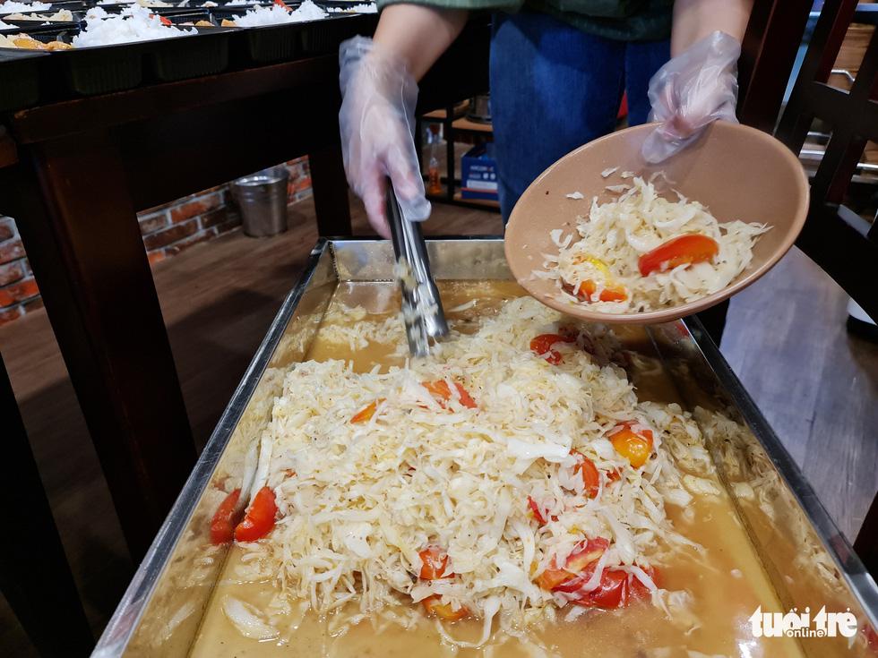 Nhà hàng nấu cơm tặng lực lượng chống dịch - Ảnh 7.