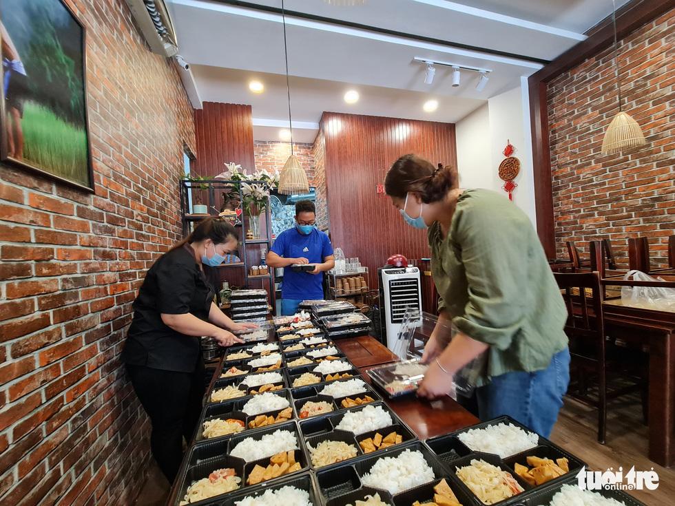 Nhà hàng nấu cơm tặng lực lượng chống dịch - Ảnh 8.