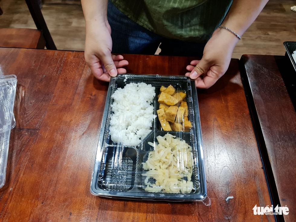Nhà hàng nấu cơm tặng lực lượng chống dịch - Ảnh 10.