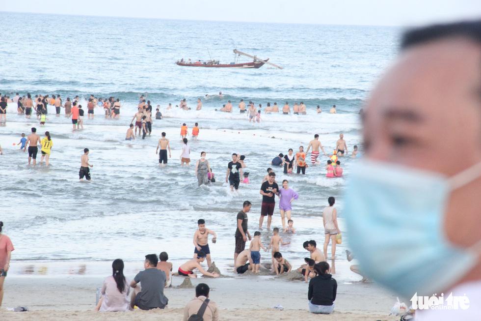 Ngoài phố Đà Nẵng dân mang khẩu trang kín mít, ở biển nhắc mới đeo - Ảnh 8.