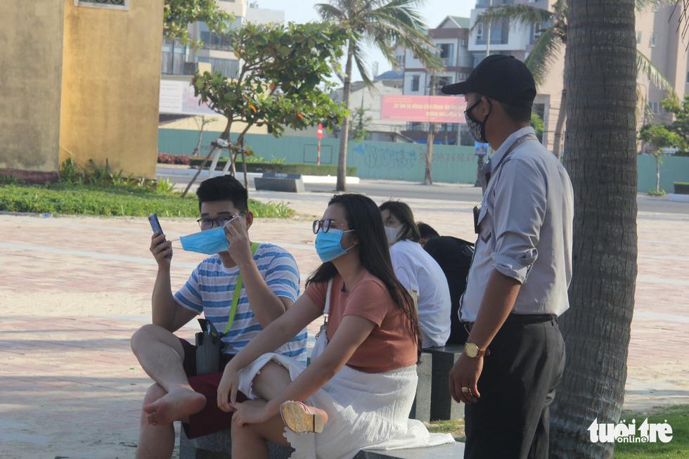 Ngoài phố Đà Nẵng dân mang khẩu trang kín mít, ở biển nhắc mới đeo - Ảnh 6.