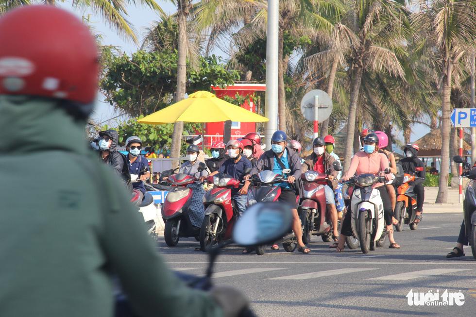 Ngoài phố Đà Nẵng dân mang khẩu trang kín mít, ở biển nhắc mới đeo - Ảnh 2.
