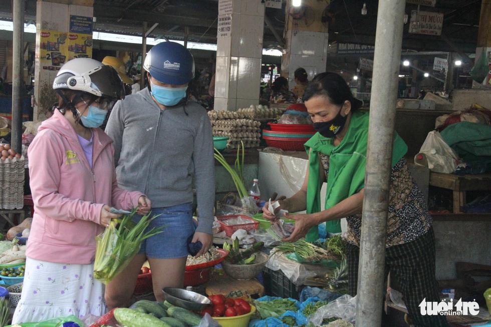 Ngoài phố Đà Nẵng dân mang khẩu trang kín mít, ở biển nhắc mới đeo - Ảnh 3.