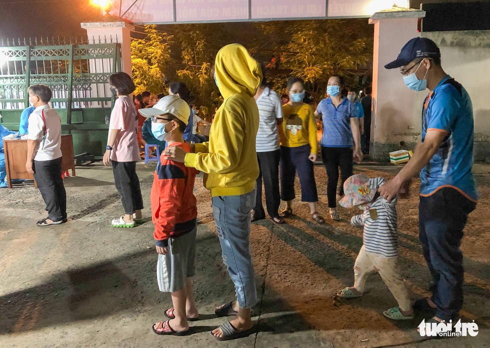 Cha mẹ cùng con xếp hàng lấy mẫu xét nghiệm lúc nửa đêm về sáng - Ảnh 5.