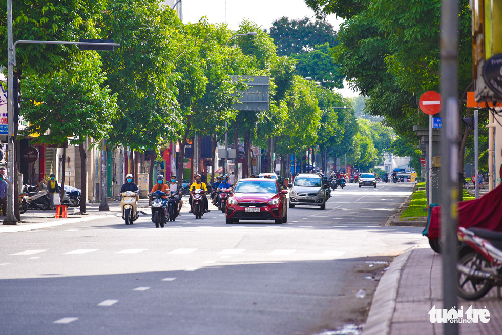 Đường phố TP.HCM vắng vẻ lạ thường sáng chủ nhật - Ảnh 13.