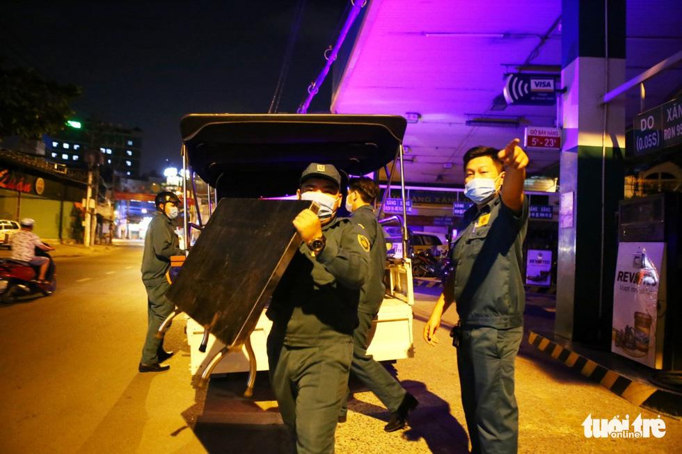 Giữa đêm, TP.HCM chính thức giãn cách xã hội toàn thành phố - Ảnh 17.