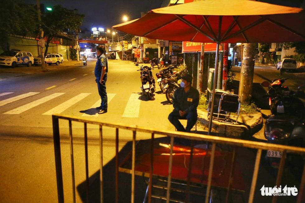 Giữa đêm, TP.HCM chính thức giãn cách xã hội toàn thành phố - Ảnh 19.