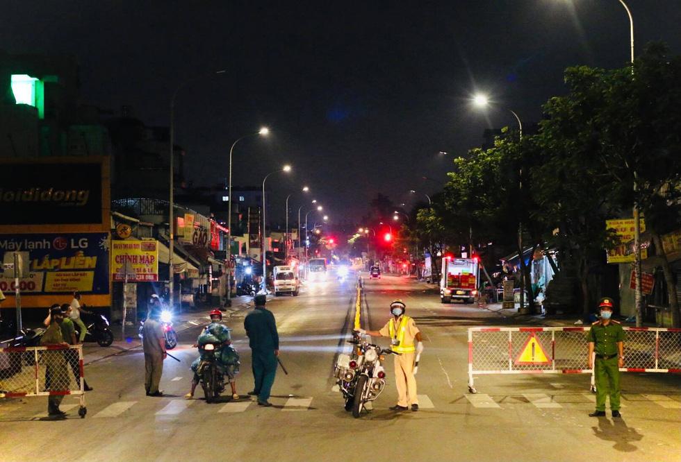 Giữa đêm, TP.HCM chính thức giãn cách xã hội toàn thành phố - Ảnh 18.