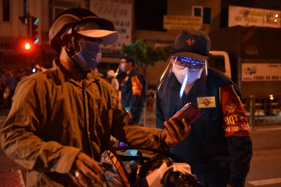 Giữa đêm, TP.HCM chính thức giãn cách xã hội toàn thành phố - Ảnh 16.