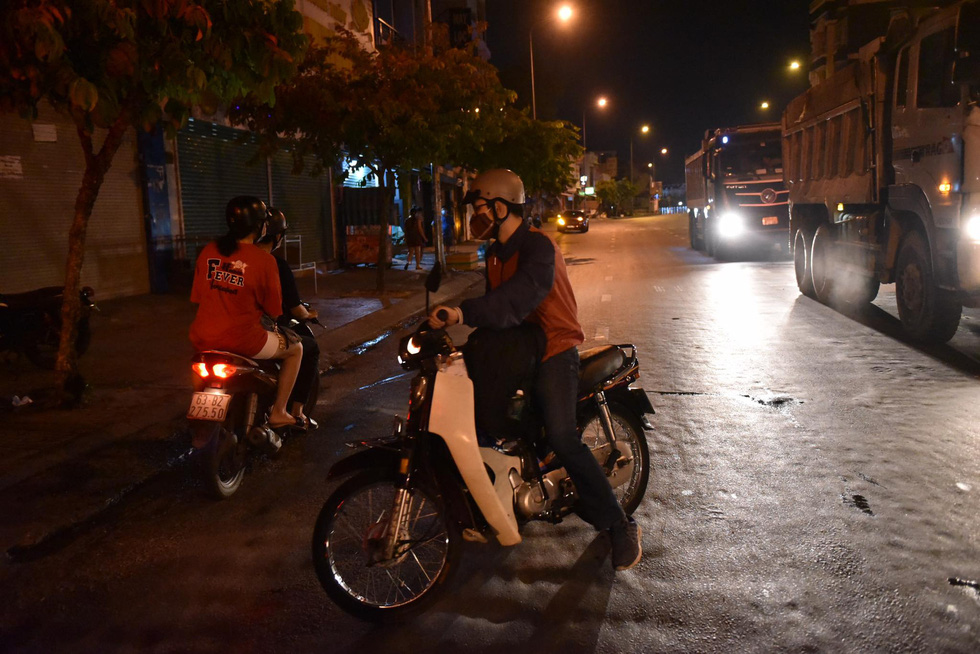 Giữa đêm, TP.HCM chính thức giãn cách xã hội toàn thành phố - Ảnh 14.