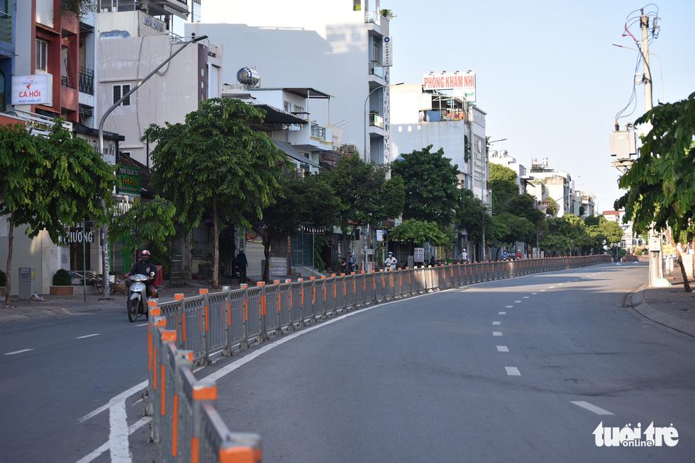 Quận Gò Vấp trong sáng ngày đầu giãn cách xã hội - Ảnh 3.