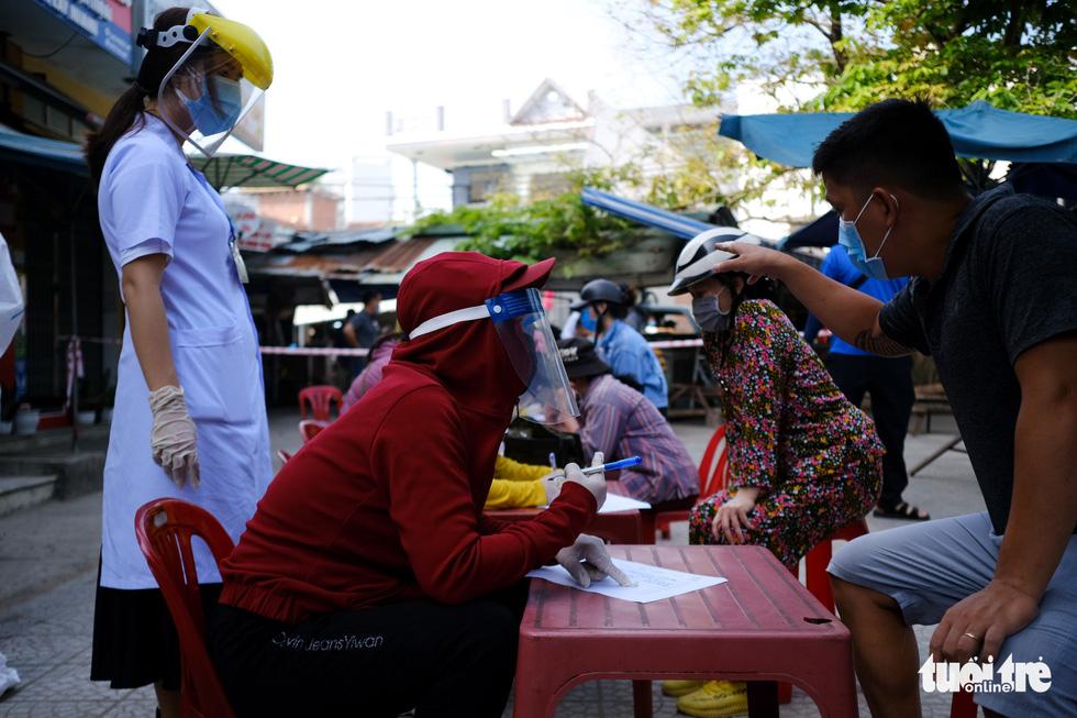 Đà Nẵng xét nghiệm diện rộng chợ Phước Mỹ và Cẩm Lệ liên quan nữ nhân viên massage - Ảnh 4.