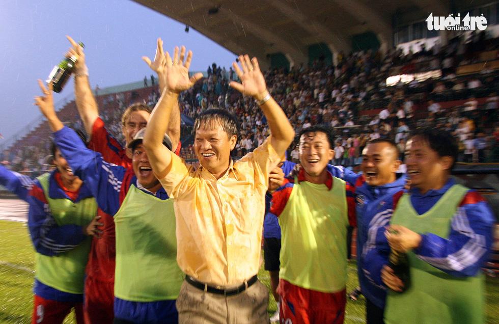 Những hình ảnh cố HLV Lê Thụy Hải với 3 chức vô địch V-League cùng B.Bình Dương - Ảnh 1.