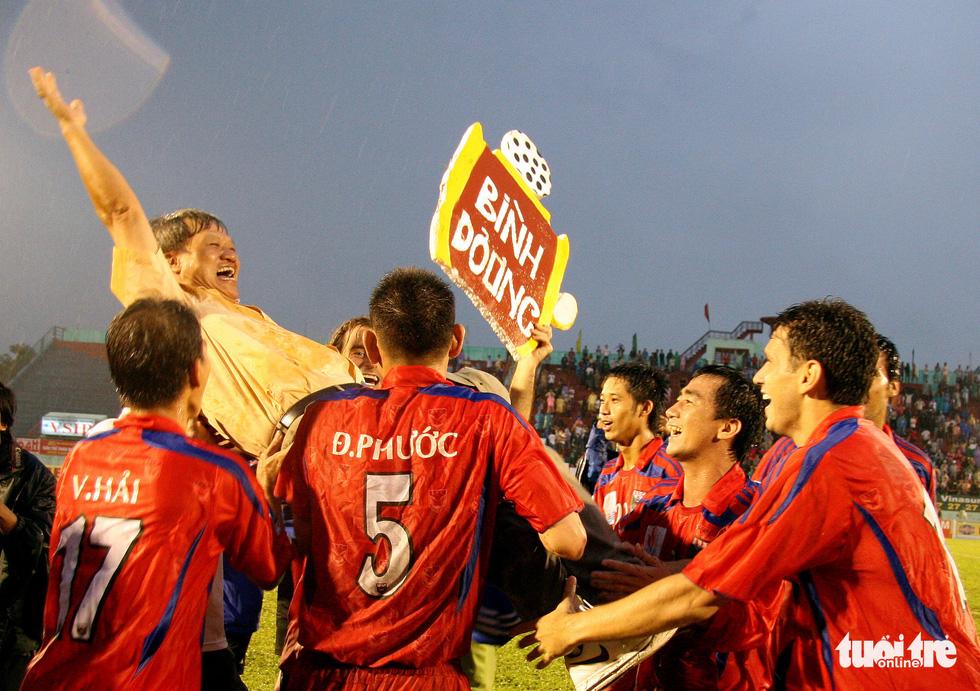 Những hình ảnh cố HLV Lê Thụy Hải với 3 chức vô địch V-League cùng B.Bình Dương - Ảnh 2.