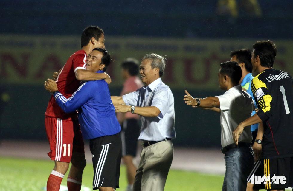 Những hình ảnh cố HLV Lê Thụy Hải với 3 chức vô địch V-League cùng B.Bình Dương - Ảnh 8.