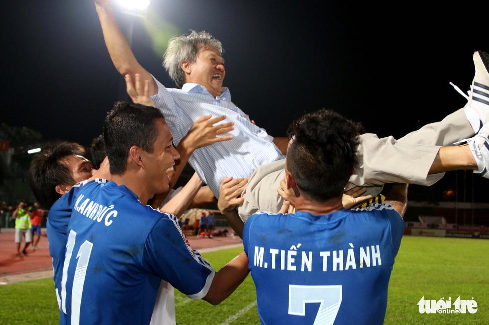 Những hình ảnh cố HLV Lê Thụy Hải với 3 chức vô địch V-League cùng B.Bình Dương - Ảnh 9.