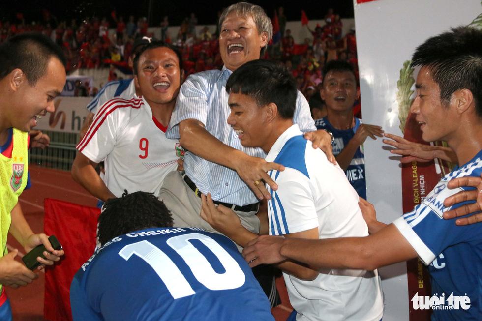 Những hình ảnh cố HLV Lê Thụy Hải với 3 chức vô địch V-League cùng B.Bình Dương - Ảnh 11.