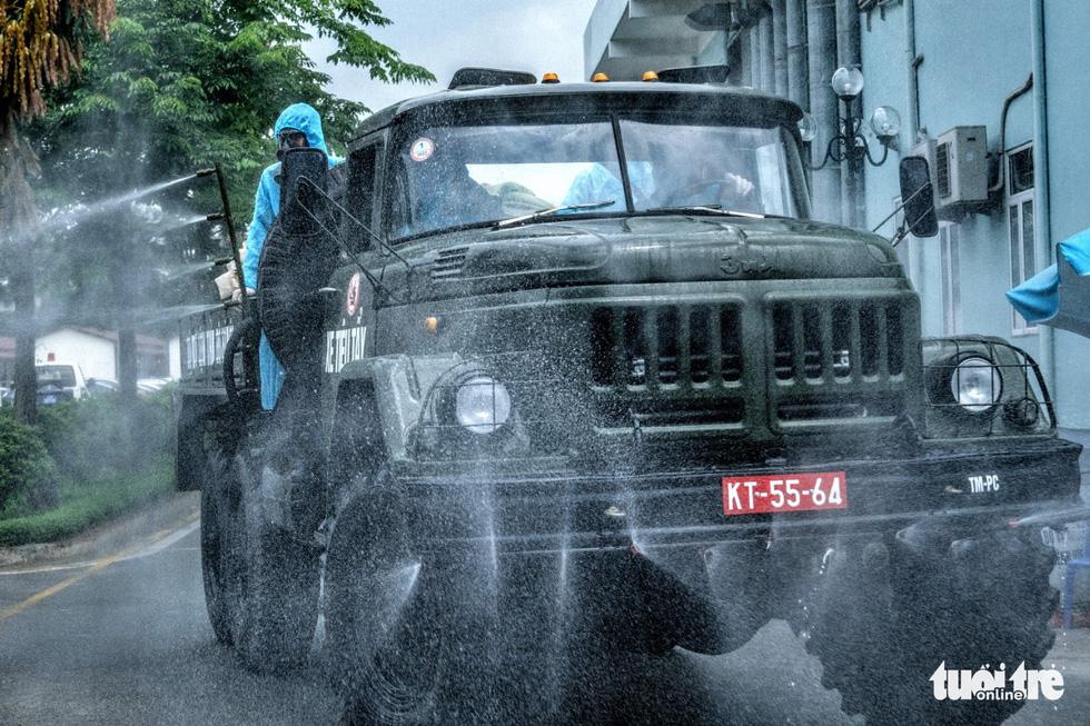 Bộ tư lệnh Thủ đô tiến hành tiêu độc khử trùng Bệnh viện K Tân Triều - Ảnh 3.
