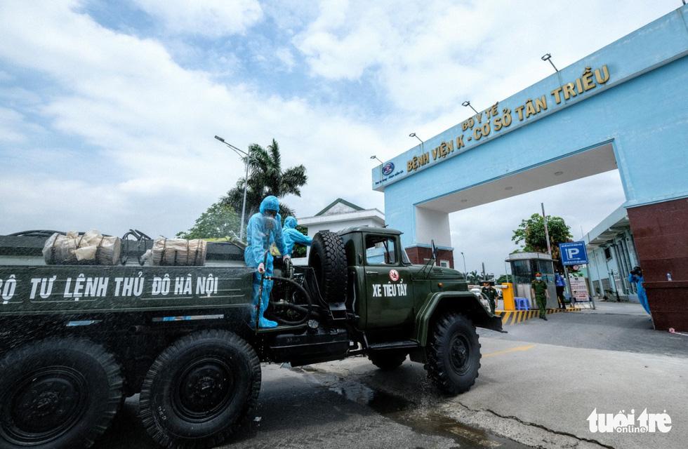 Bộ tư lệnh Thủ đô tiến hành tiêu độc khử trùng Bệnh viện K Tân Triều - Ảnh 2.
