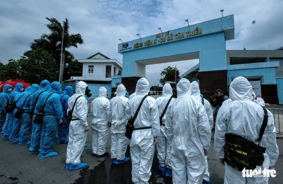 Bộ tư lệnh Thủ đô tiến hành tiêu độc khử trùng Bệnh viện K Tân Triều - Ảnh 1.