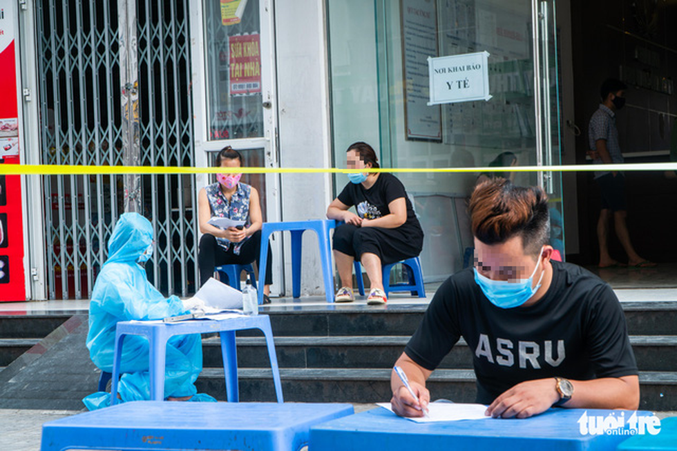 Hà Nội phong tỏa, phun khử khuẩn chung cư hơn 1.000 dân - Ảnh 3.