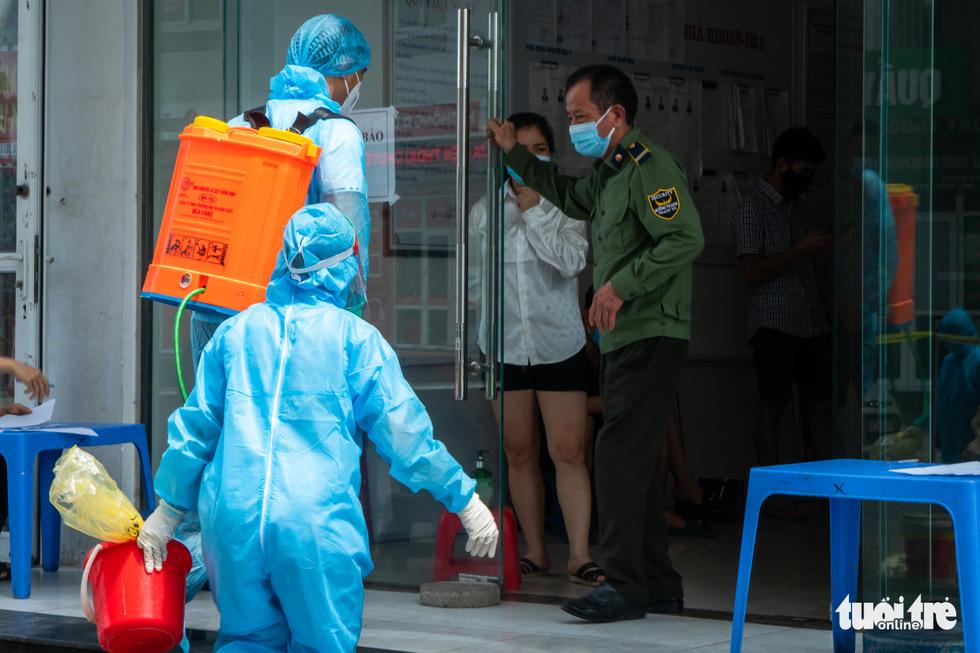 Hà Nội phong tỏa, phun khử khuẩn chung cư hơn 1.000 dân - Ảnh 5.
