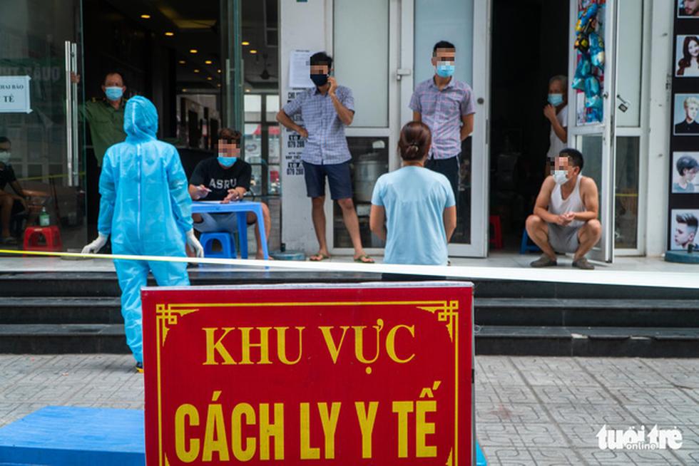 Hà Nội phong tỏa, phun khử khuẩn chung cư hơn 1.000 dân - Ảnh 2.