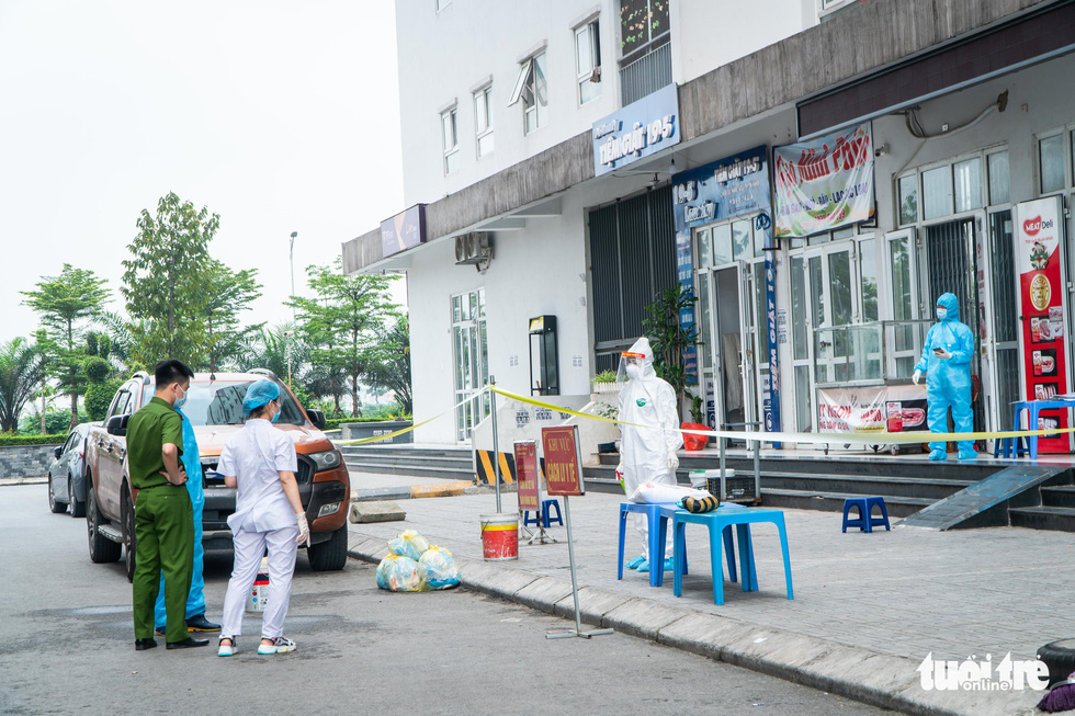 Hà Nội phong tỏa, phun khử khuẩn chung cư hơn 1.000 dân - Ảnh 6.