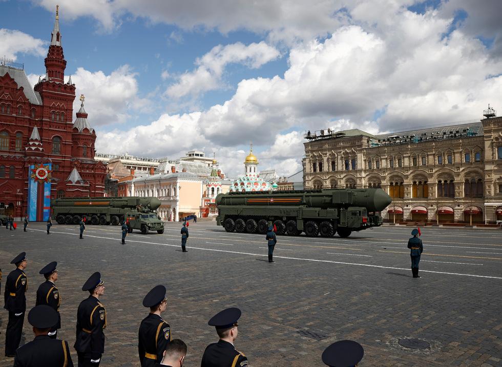 Diễu binh Ngày Chiến thắng ở hàng chục thành phố của Nga - Ảnh 3.